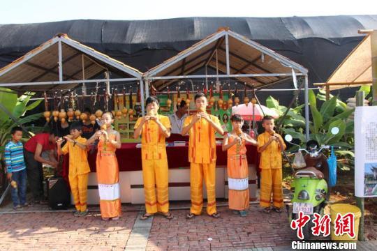 图为文化节上展示的葫芦丝演奏 钟欣 摄
