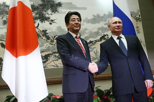 安倍(左)与普京。