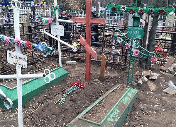 俄罗斯新切尔卡斯克市三名弟子从公墓中挖出别名84岁老妇的尸体,并将尸体带回宿弃。(网页截图)