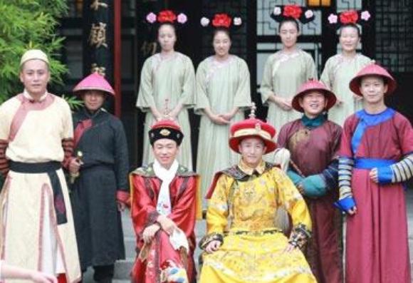 节目中,爸爸和宝宝们穿着古装,集体上演了一出清宫穿越年夜戏.