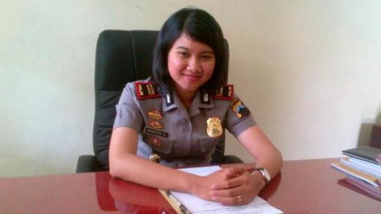 稚气未脱的印尼女警伊普图今年只有23岁.图片来源:Kompas.com-