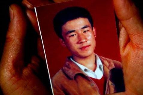 ▲去年10月31日,呼格吉勒图的母亲手捧儿子的照片。新京报记者郭铁流摄
