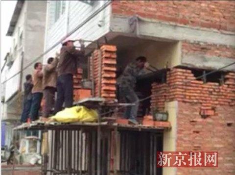 倒塌前工人正在对房屋进行抬高工作。图片由村民杨先生和刘女士提供