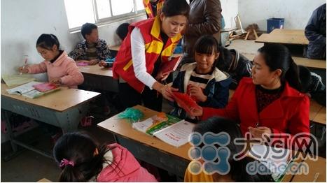 孩子们认真填写心愿卡-太康志愿者化身圆梦大使 帮助留守儿童实现小图片