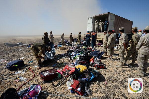 11月2日,俄罗斯紧急情况部和埃及的工作人员在飞机失事现场收集遇难者遗物。(图片来源:新华/美联) 俄外交部发言人玛丽亚扎卡赫罗娃5日抱怨英美两国不与俄方分享情报。她说,如果英国事先掌握客机上有炸弹的情报,那么不与俄罗斯分享的做法着实令人震惊。(记者闫洁,编辑李良勇、王晶,新华国际客户端报道)
