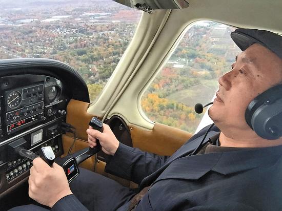 会去摸一下飞机的操纵杆