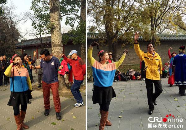 """""""我说中国""""海外网友在天坛公园和锻炼的市民一起跳舞。 摄影 汪华"""
