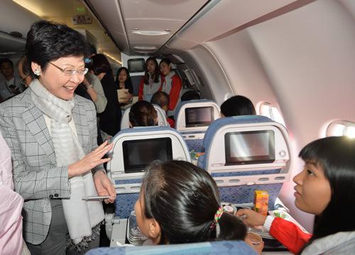 15日上午陪同170名香港基层儿童及其家长体验乘坐飞机,翱翔南中国海上