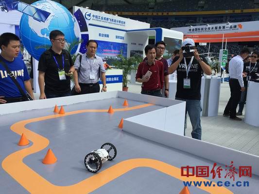 工作人员在用虚拟现实眼镜控制无人机。中国经济网记者周明阳摄