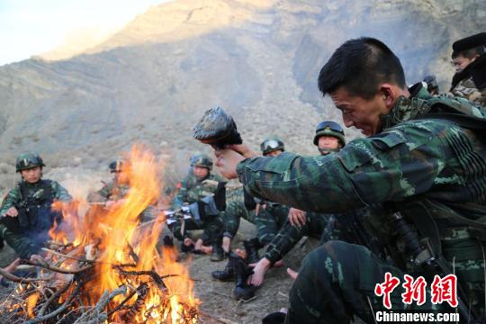 中队官兵蹚过冰冷雪山融水,整理行装。 何立新 摄