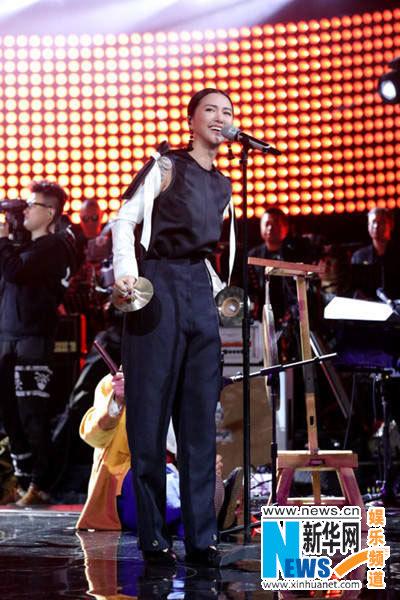 谭维维放声《中国之星》 打镲大唱另类摇滚