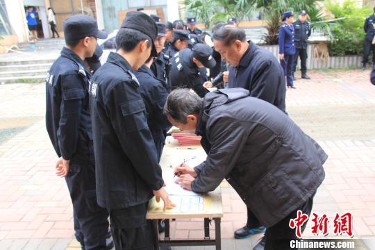 警方要求涉嫌传销人员登记身份信息 叶金波 摄