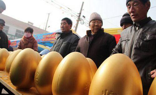 12月25日,山东滨州,在滨城区一乡村大集上,村民们争抢着砸金蛋。(图片来源:视觉中国)