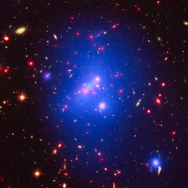罕见遥远星系团散发绚丽光彩 距地100亿光年