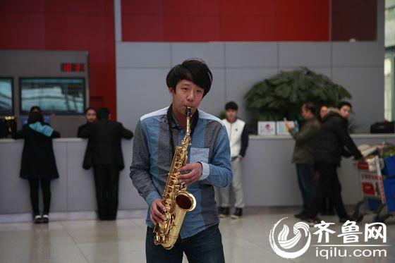 一曲萨克斯经典演奏《回家》拉开了本次快闪的序幕-济南机场大厅上图片
