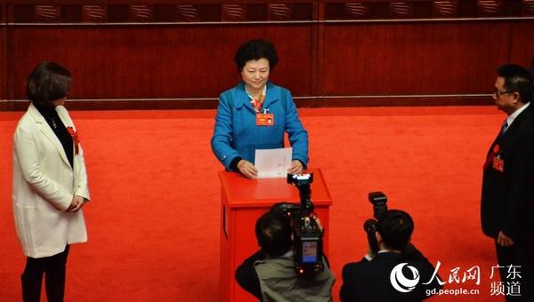 代表在选举工作人员的引导下,在票箱依次投票。 1月30日,历时6天的广东省十二届人大四次会议圆满完成各项议程,在广州胜利闭幕。当天下午,大会选举了张广宁、刘悦伦、罗娟为广东省人大常委会副主任,龚稼立为广东省高级人民法院院长,还选举了广东省第十二届人民代表大会常务委员会部分组成人员。 会议表决通过了关于广东省人民政府工作报告的决议、关于广东省国民经济和社会发展第十三个五年规划纲要的决议、关于广东省2015年国民经济和社会发展计划执行情况与2016年计划的决议、关于广东省2015年预算执行情况和2016年预