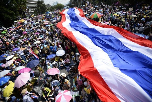 威者在曼谷举着一面泰国国旗参加集会.(新华/路透)-泰国新宪法