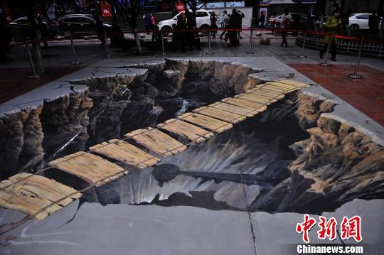 重庆步行街现巨型3D画 效果逼真吸引市民围观
