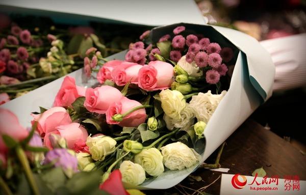 人民网郑州2月14日电 (宋芳鑫、常力元)上班第一天,过年的热腾劲还没过去,情人节的甜蜜又来了,郑州陈寨花卉市场热闹非凡。每个鲜花店摊位前都挤满了前来选购鲜花的市民,一位花店老板告诉记者:提前两天就开始忙活了,昨晚基本一夜没睡,今天忙了一天也没来得及吃饭。