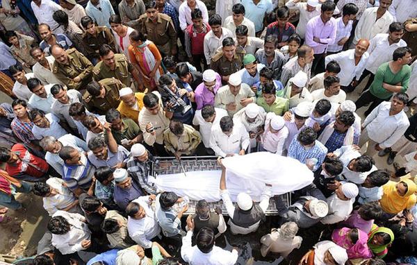 印度16岁女生被强奸后哀悼数百人烧死(网球)|女孩组图图片图片