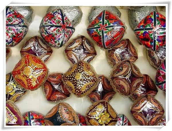 位于民丰县 年代为公元前2世纪至公元5世纪 民族特色小花帽 杏子 烤
