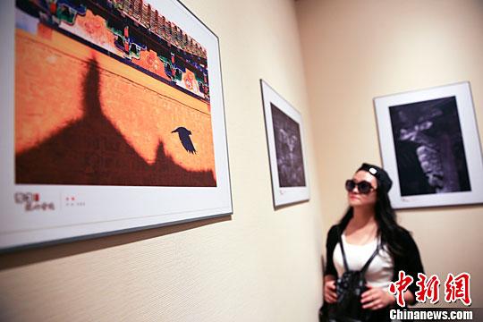 图为观众欣赏佳作。中新社记者 赵隽 摄 3月18日,近百幅精美的中国古建筑摄影作品在北京恭王府与观众集中见面。参展作品是从2015年雪花纯生 匠心营造中国古建筑摄影大赛获奖作品中精选而出。这些照片的创作视角对准斗拱这一中国古建筑特有的细部结构,展示其艺术和技术之美。