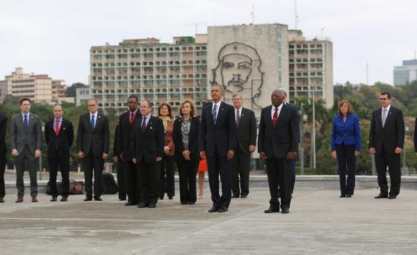 奥巴马站在切·格瓦拉壁画前拍照 网友:我的天哪(图)