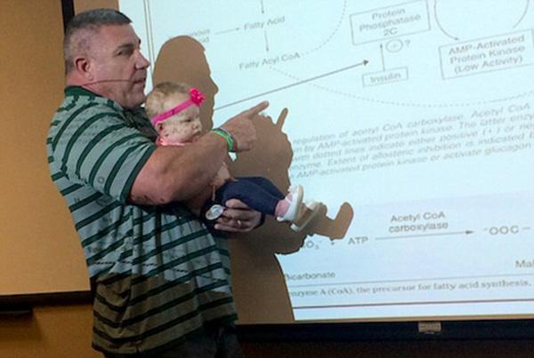 小学生带老师-娃娃哭闹不止,教授将其抱着讲课1小时获赞