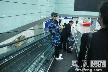 [明星爆料]郑元畅低调现身机场 潮装打扮酷劲十足