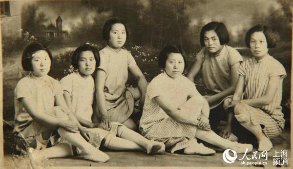 人民网上海4月20日电 (唐小丽)城市记忆是城市形成、变迁和发展中具有保存价值的历史记录,曾经的一幕幕历史画卷、一幅幅生活图景、一种种服饰形象,都为中国城市文明留下了时代的记忆、流行的痕迹和生活的写照。近日,在东华大学校内的上海纺织服饰博物馆内,一场以城市记忆为主题的《新中国时尚流行变迁图片展》,通过照片追寻服饰变迁中的城市记忆,讲述中国人穿的故事。
