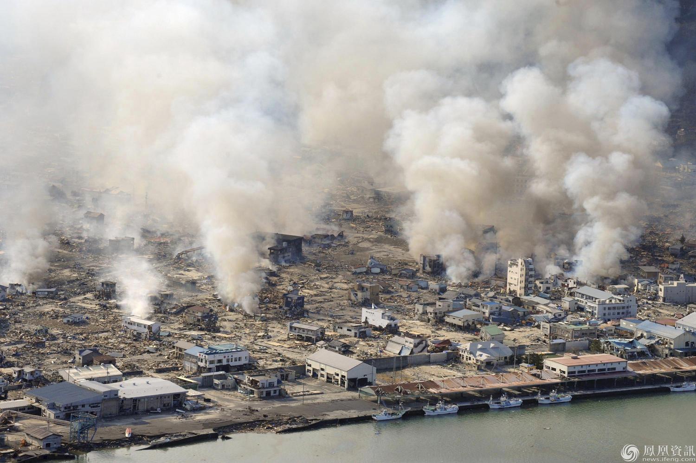 图为3•11日本大地震地震现场一片废墟.