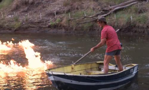 """澳大利亚议员""""点燃""""河水"""