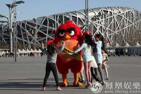 《愤怒的小鸟》 曝全球环保特辑 胖红游鸟巢登长城