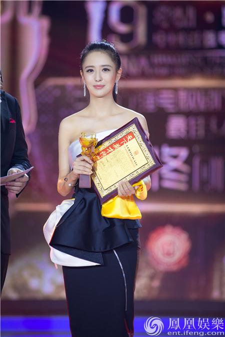 佟丽娅夺华鼎奖最佳女演员 久违亮相好身材出众【星看点】