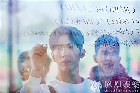 【星娱TV】初恋不懂撩妹?井柏然玻璃板写算式炸裂少女心