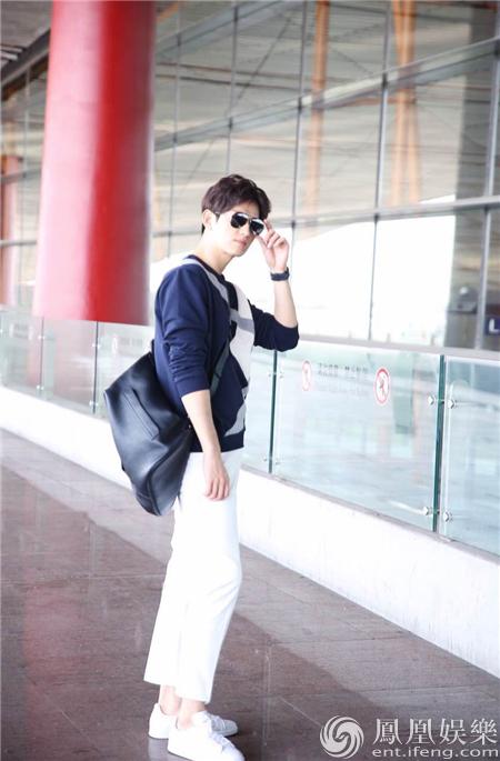 【星娱TV】马可一身潮装现身长沙机场 各种姿势尽显大长腿