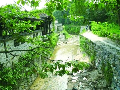 掩映山水中的查济画家村图片
