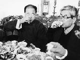 2002年,莫言和大江健三郎(右)在山东高密对酒当歌。