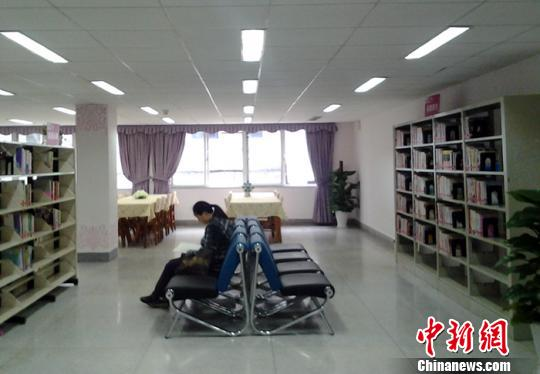 女子图书馆内布置得非常温馨 邓霞 摄