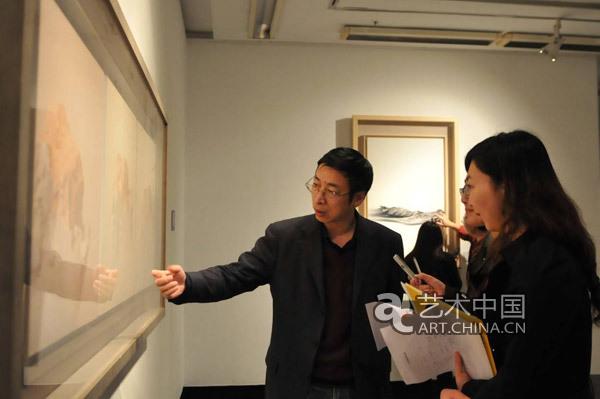 学术主持殷双喜先生向观众讲解画作
