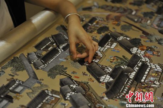 非遗 蜀绣 国际 亮相 工作 《交子行市图》/绣娘正在进行收尾工作。安源摄