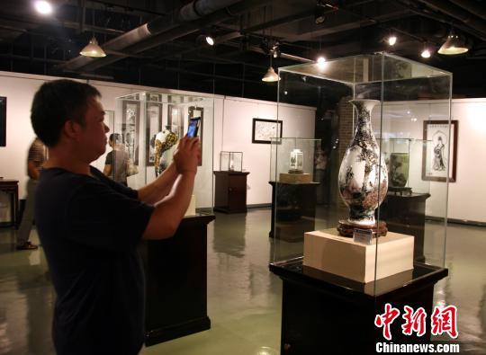 一位参观者正在拍摄熊晖的作品。 邓霞 摄