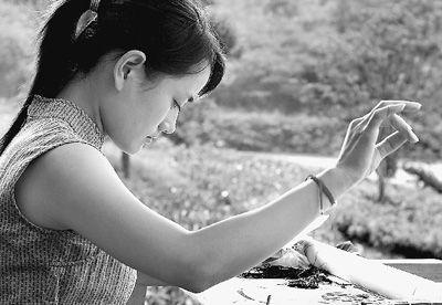 艺术 刺绣/图为一名绣娘在刺绣。