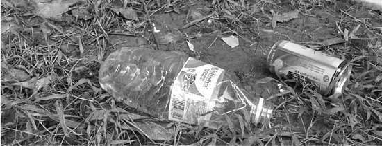环卫工人老刘就被楼上丢下的矿泉水瓶砸中,瓶子被砸坏,居然流出浑浊的图片
