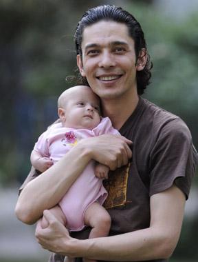 """艾尔肯/新疆""""吉他王子""""艾尔肯2011年喜获三胞胎"""