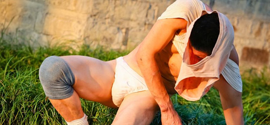 独家街拍乌镇最大胆艺术家 头顶内裤裸身献技