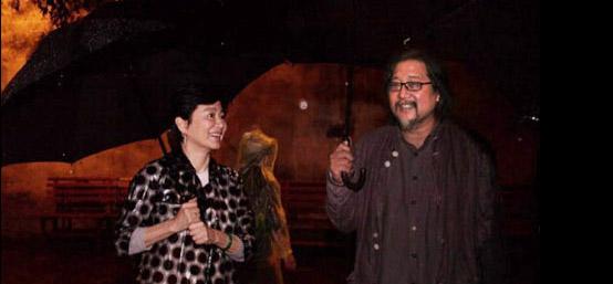 林青霞现身乌镇戏剧节 冒雨观看名剧《鲸鱼骨骸内》