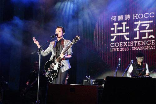 何韵诗上海激情开唱 帅气吉他闪亮全场