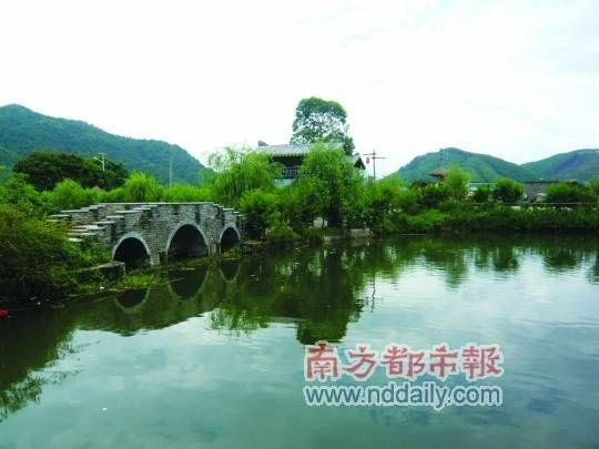 宣星古村村前是一个硕大的池塘,池水清澈,进入