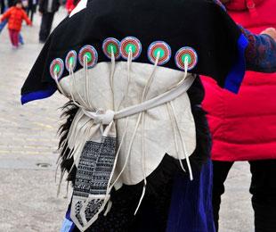 男裤长不过膝女裙长及足背 纳西族服饰文化